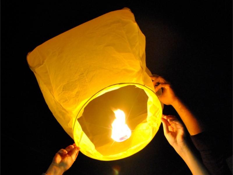 Lanterne Volanti Gialle: Le nostre lanterne volanti pronto per l'uso, facile da usare, per un anniversario, un matrimonio, una laurea