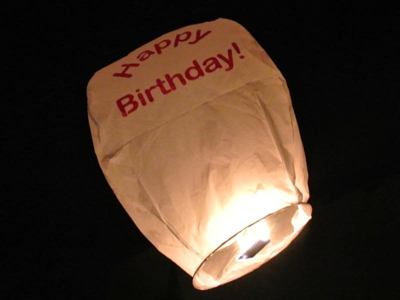 Le lanterne volanti sono come piccole mongolfiere, scrivi il tuo desiderio sulla lanterna volante e falla volare!