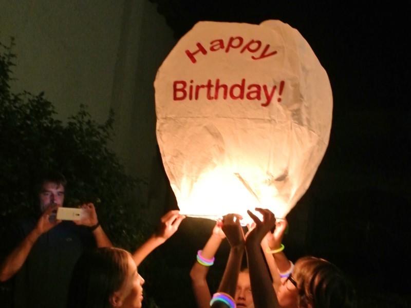 la lanterna volante buon compleanno: Una serata con le lanterne volanti, in villa, in giardino, in spiaggia, in montagna, sul campo del calcio, a scuola o in piazza sarà una serata indimenticabile