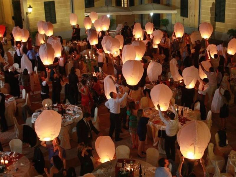 Wedding planner, agenzie, ville, castelli, catering, comune, aziende, privati e anche i pompieri scelgono le nostre lanterne volanti sicure, certificate, ignifughe e biodegradabili