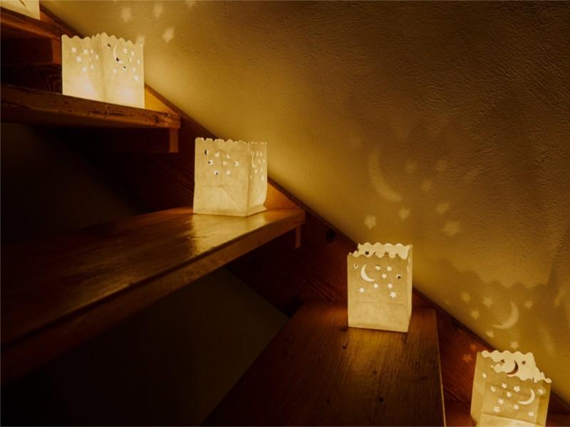 Sacchetti portacandele luminosi di carta messe per le scale