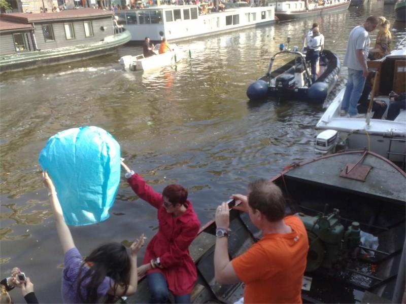 Foto scatto ad Amsterdam durante le festa del Re,  La festa del comune, la sagra, la festa aziendale, le nostre lanterne volanti fanno sempre bella figura. Professioniste scelgono le nostre lanterne volanti luminose, non è per caso che siamo da sempre in prima posizione sulle macchine di ricerca