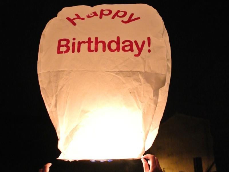 Il lancio delle lanterne volanti dopo cena sul prato della villa: indimenticabile. Lanterne Volanti luminosi, Sicure e facile, con manuale  e pronto per l'uso, certificate e biodegradabili