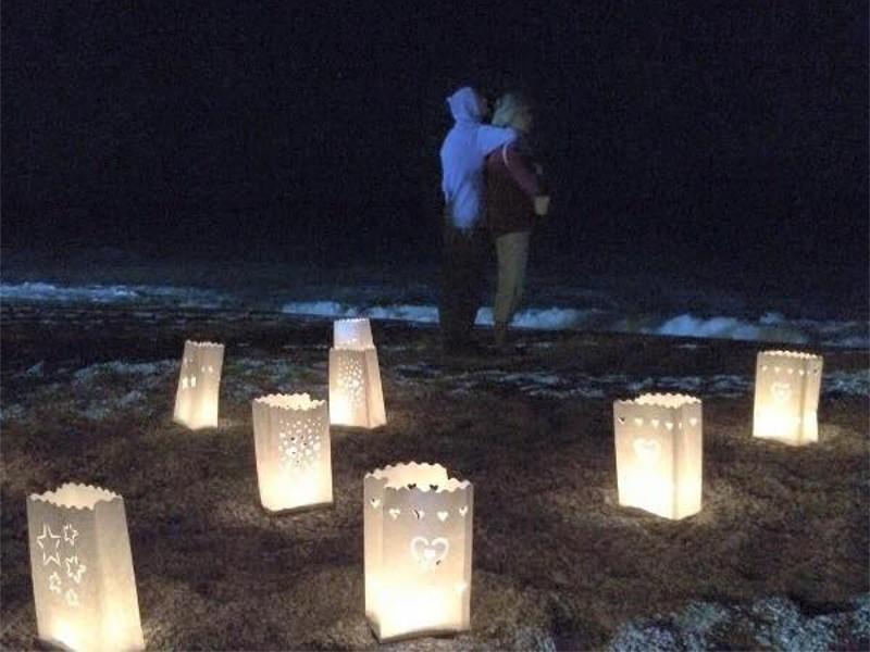 Sacchetti luminosi di carta per una serata in spiaggia con amici e le lanterne volanti