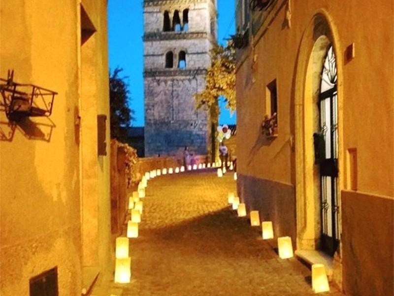 sacchetto luminoso di carta ignifuga con candela al interno messo per le strade per una festa del comune