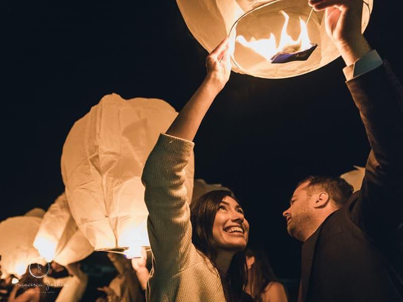 hoeveel wensballonnen je kunt laten vliegen hangt af van het aantal gasten, reken op een lantaarn voor iedere 2 personen, dat is een richtlijn en dan zit je altijd goed.