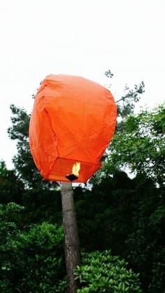 basta aprire la lanterna volante arancione mini per bene, accendere il combustibile e entro 90 secondi prende il volo, non c'è il rischio che prende fuoco con il combustibile già montato e la carta ignifuga