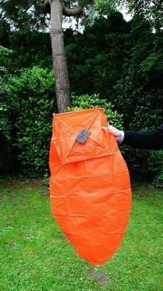 La lanterna Volante arancione  mini con la misura contenuta, il combustibile già montato, la carta resistente è semplice da usare