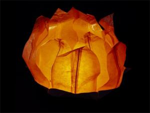 lanterne galleggiante grande a forma di ninfea fiore di loto, per la piscina, laghetto o anche da appoggiare per terra o in tavola, facile da usare, apri, pieghi, inserisci la candela e la fai galleggiare sull'acqua, candela compresa, colore arancione