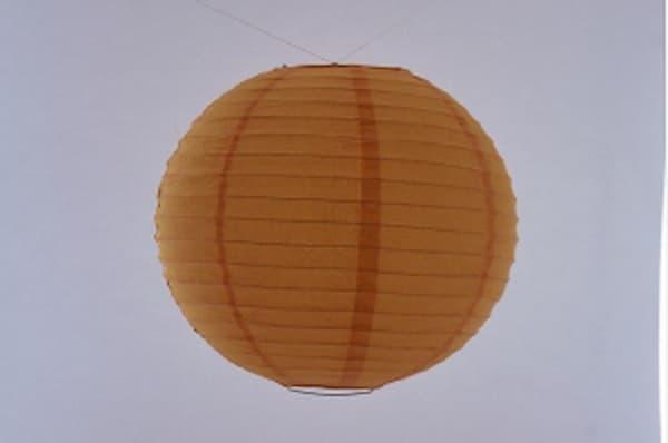 Japanse papieren ronde hanglantaarn, gemaakt van transparant rijstpapier, voorzien van een haakje om op te hangen, volstaat openmaken en ophangen, voor gebruik binnen of buiten met gloeilamp, LED, elektrisch of batterij, voor een feestje of als interieur,  kleur van deze hanglantaarn is oranje, diameter 40 cm.