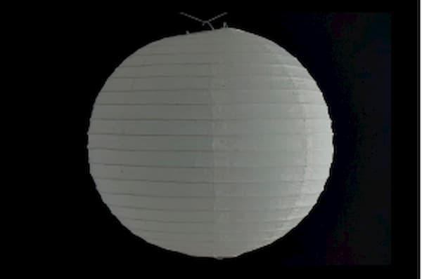 Japanse papieren ronde  hanglantaarn, gemaakt van transparant rijstpapier, voorzien van een haakje om op te hangen, volstaat openmaken en ophangen, voor gebruik binnen of buiten met gloeilamp, LED, elektrisch of batterij, voor een feestje of als interieur,  kleur van deze hanglantaarn is wit, diameter 20 cm.