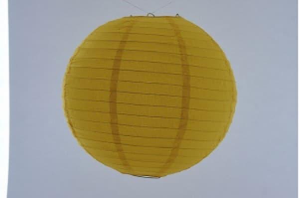 Japanse papieren ronde hanglantaarn,  gemaakt van transparant rijstpapier, voorzien van een haakje om op te hangen, volstaat openmaken en ophangen, voor gebruik binnen of buiten met gloeilamp, LED, elektrisch of batterij, voor een feestje of als interieur,  kleur van deze hanglantaarn is geel, diameter 30 cm.
