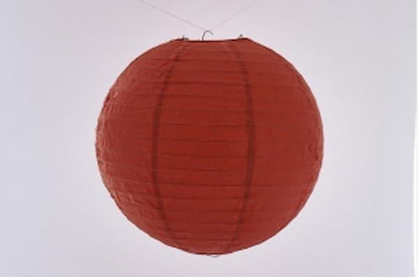 Japanse papieren ronde  hanglantaarn, gemaakt van transparant rijstpapier, voorzien van een haakje om op te hangen, volstaat openmaken en ophangen, voor gebruik binnen of buiten met gloeilamp, LED, elektrisch of batterij, voor een feestje of als interieur,  kleur van deze hanglantaarn is rood, doorsnede 20 cm.