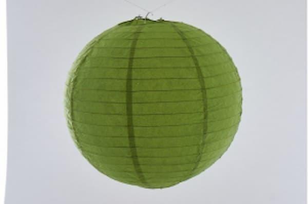 Japanse papieren ronde hanglantaarn, gemaakt van transparant rijstpapier, voorzien van een haakje om op te hangen, volstaat openmaken en ophangen, voor gebruik binnen of buiten met gloeilamp, LED, elektrisch of batterij, voor een feestje of als interieur,  kleur van deze hanglantaarn is groen, diameter 20 cm.