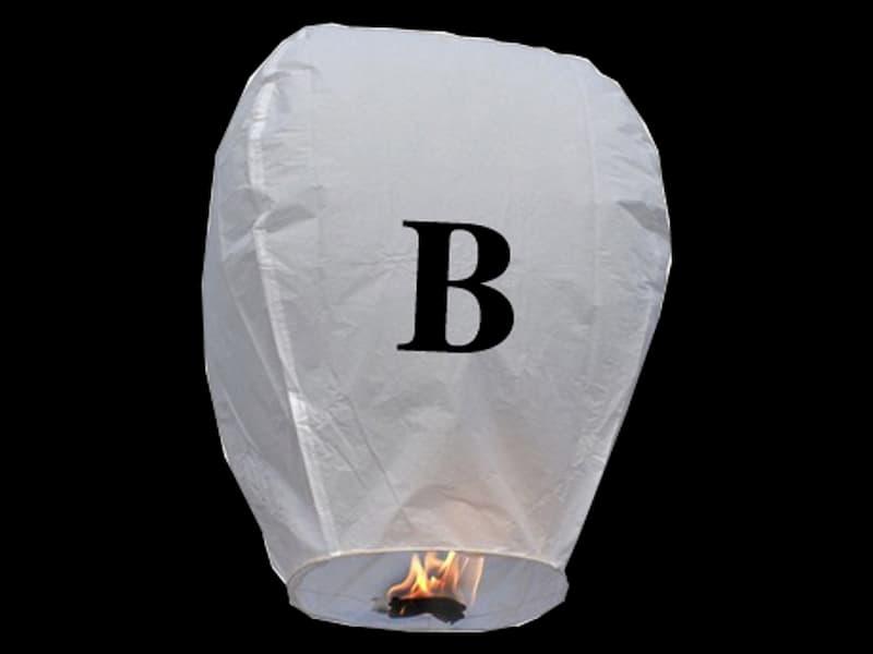 witte wens ballon vliegende lantaarn klaar voor gebruik, gemaakt met brandwerend en biologisch afbreekbaar papier, sterke brander, het volstaat de lantaarn te openen, de brander aan te steken en hij vliegt vanzelf, schrijf je wens in de lucht met deze vliegende lantaarn met letter B