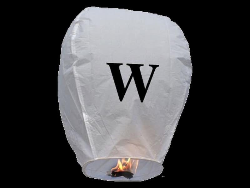 witte wens ballon vliegende lantaarn klaar voor gebruik, gemaakt met brandwerend en biologisch afbreekbaar papier, sterke brander, het volstaat de lantaarn te openen, de brander aan te steken en hij vliegt vanzelf, schrijf je wens in de lucht met deze vliegende lantaarn met letter W
