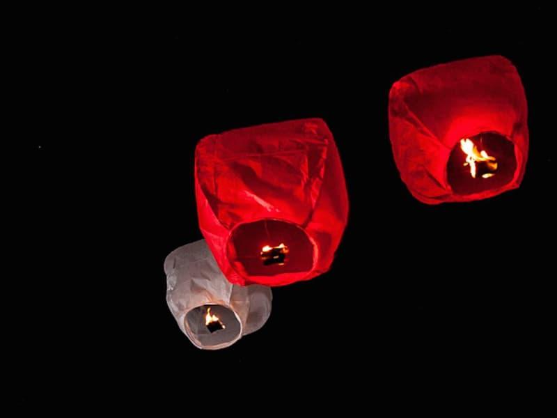 De rode lantaarn is voor het bruidspaar, op speciaal verzoek kunnen we de kleur ook aanpassen naar het thema van de bruiloft, blauw, groen, oranje, paars, rose of geel.