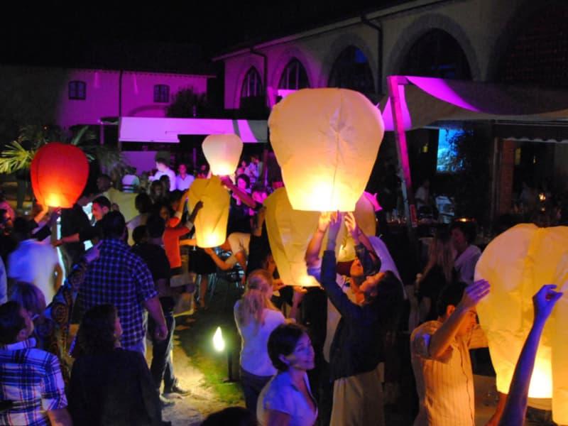 evento con le lanterne volanti senza pericolo, scegli le nostre lanterne volanti, materiale certificato e sicuro.  Pacchetto per una festa con 80 - 90 ospiti