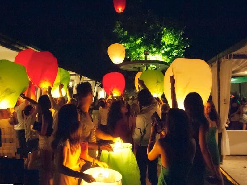 Le nostre lanterne volanti non prendono fuoco, non perdono cera, sono pronto per l'uso e volano dopo 90 secondi! Facili e veloci. Lanterne Volanti colorate certificate sicure in promozione Lanterne Volanti per una festa aziendale ma anche per ferragosto o capodanno.  Pacchetto per una festa con 60 - 70 ospiti
