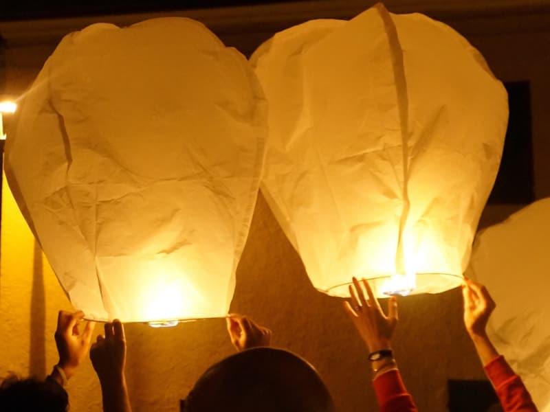 scrivere sulle lanterne volanti è divertente, specialmente durante matrimoni e compleanni sarà la fonte di tante risate
