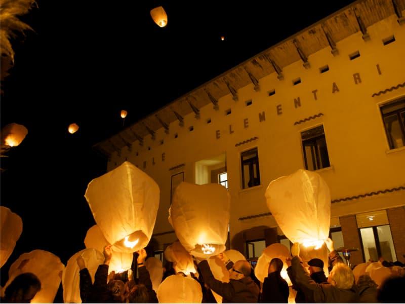 Let goed op waar de wind de wensballonnen heen voert zoals in deze foto, zorg er voor dat ze langs het gebouw vliegen of van het gebouw weg, dan kan er niks gebeuren.