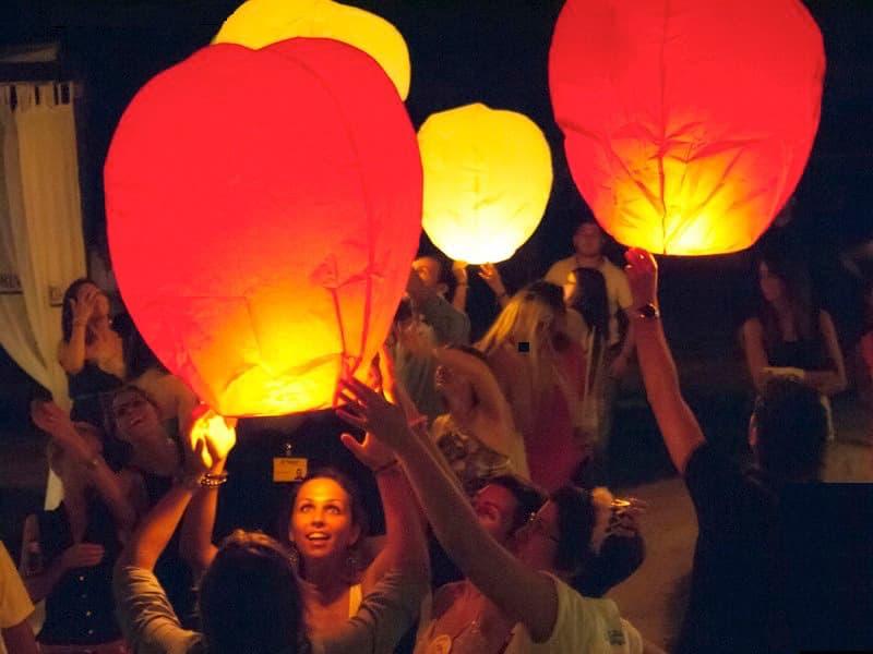 Le nostre lanterne volanti non prendono fuoco, non perdono cera, sono pronto per l'uso e volano dopo 90 secondi! Facili e veloci. Lanterne Volanti colorate certificate sicure in promozione Lanterne Volanti per una festa aziendale ma anche per ferragosto o capodanno