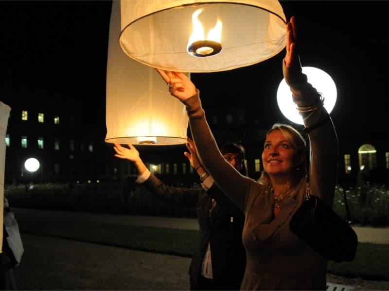 Lanterna Volante Bianca Thai tubolare: Le nostre lanterne volanti pronte per l'uso, facile da usare, per un anniversario, un matrimonio, una laurea o qualsiasi altra festa, certificata, ignifuga e biodegradabile