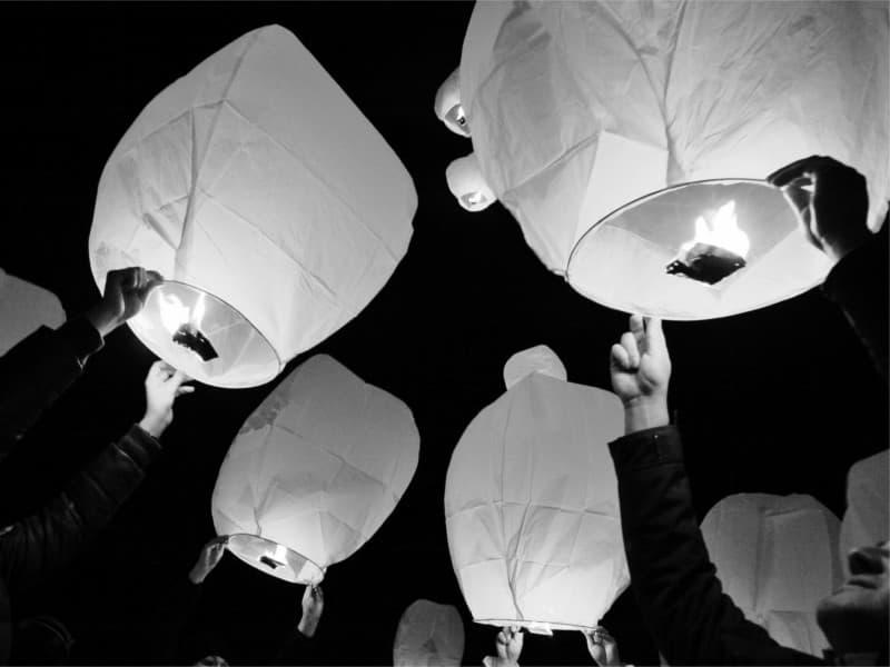 molto bello fare partire le lanterne luminosi volanti simultaneo, ma serve sapere come si fa, sul nostro blog viene spiegato come si fa, non è difficile!  Pacchetto per una festa con 60 - 70 ospiti