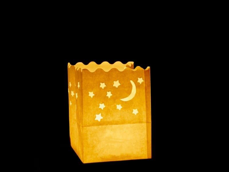 sacchetto luminoso di carta per candele da usare al interno o in giardino per fare scenografia, carta ignifuga e biodegradabile, per una festa, natale, matrimonio o una serata in giardino, con luna e stelle, piccola, senza scritte, facile da usare, molto bello in tavola.