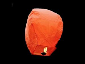 La lanterna volante mini  di colore arancione molto facile da usare, carta resistente e combustibile già montato e forte, vola in attimo, certificata, ignifuga e biodegradabile