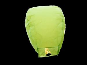 La lanterna volante mini  di colore verde molto facile da usare, carta resistente e combustibile già montato e forte, vola in attimo, certificata, ignifuga e biodegradabile