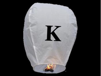 witte wens ballon vliegende lantaarn klaar voor gebruik, gemaakt met brandwerend en biologisch afbreekbaar papier, sterke brander, het volstaat de lantaarn te openen, de brander aan te steken en hij vliegt vanzelf, schrijf je wens in de lucht met deze vliegende lantaarn met letter K