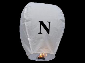 witte wens ballon vliegende lantaarn klaar voor gebruik, gemaakt met brandwerend en biologisch afbreekbaar papier, sterke brander, het volstaat de lantaarn te openen, de brander aan te steken en hij vliegt vanzelf, schrijf je wens in de lucht met deze vliegende lantaarn met letter N
