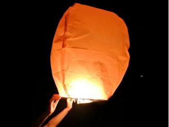 Lanterna Volante Arancione a forma di mongolfiera: Le nostre lanterne volanti pronte per l'uso, facile da usare, per un anniversario, un matrimonio, una laurea o qualsiasi altra festa, certificata, ignifuga e biodegradabile
