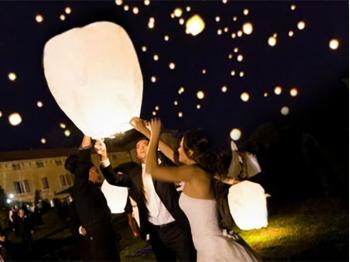 La confezione lanterne volanti più completa con 40 lanterne bianche per gli ospiti, 1 lanterna rossa per gli sposi e 40 accendini.  Pacchetto per una festa con 80 - 90 ospiti
