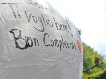 Dikke stift speciaal voor het beschrijven van wensballonnen, dikke punt om te voorkomen dat het papier geperforeerd wordt. Schrijf je wens of je boodschap op de vliegende lantaarn en laat hem vliegen.