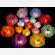 Le lanterne galleggianti luminosi di carta di riso in colori e misure diverse, grandi e piccoli a forma di fiore di loto