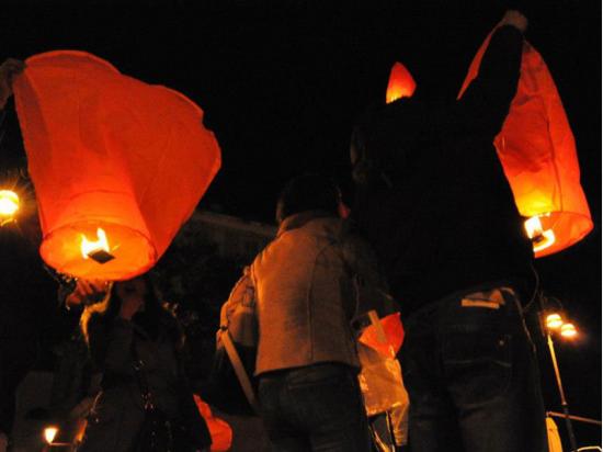 Lanterna Volante a forma di cuore rosso: Le nostre lanterne volanti pronto per l'uso, facile da usare, per un anniversario, un matrimonio, una laurea