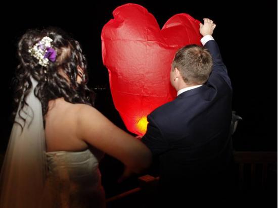 Lanterna Volante a forma di cuore rosso: Wedding planner, agenzie, ville, castelli, catering, comune, aziende, privati e anche i pompieri scelgono le nostre lanterne volanti sicure, certificate, ignifughe e biodegradabili