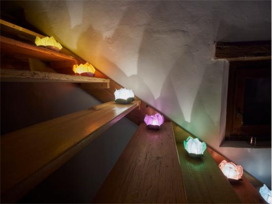 Le lanterne galleggianti luminosi di carta di riso per le scale per creare una atmosfera speciale
