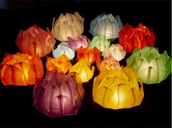 Le lanterne galleggianti luminosi di carta di riso in colori e misure diverse, grandi e piccoli
