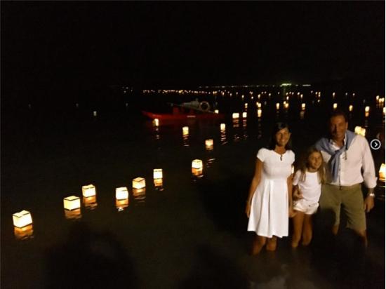 Le lanterne galleggianti luminosi di carta di riso in colori e misure diverse nel mare