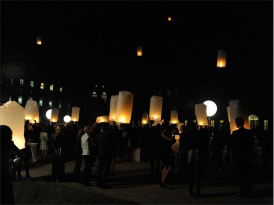 Una serata con le lanterne volanti, in villa, in giardino, in spiaggia, in montagna, sul campo del calcio, a scuola o in piazza sarà una serata indimenticabile