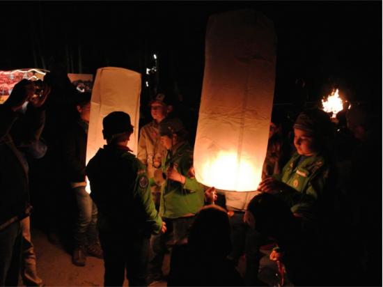 Le lanterne volanti sono anche belle per la festa del papa o la festa della mamma, una cresima o un battesimo. Questi sono i scout con le lanterne volanti Thai