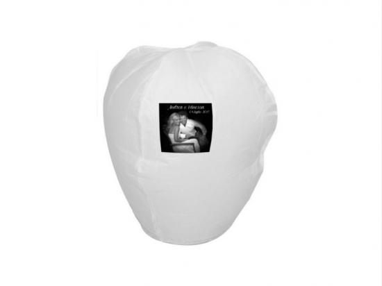 la lanterna personalizzata con la foto degli sposi per il lancio in giardino durante il matrimonio