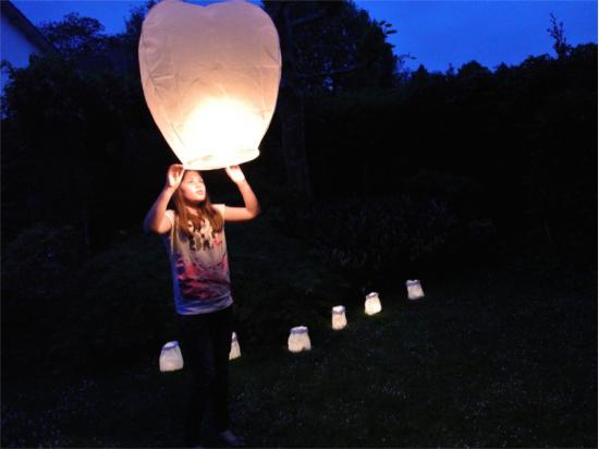 Sacchetti luminosi di carta per una serata in giardino con amici