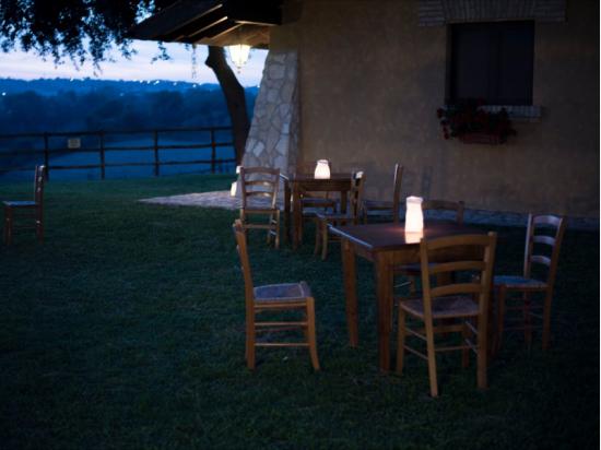 Sacchetti luminosi di carta per una serata in giardino con amici e le lanterne volanti